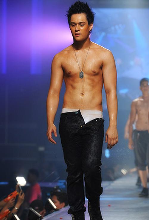 Enrique Gil Shirtless 2013