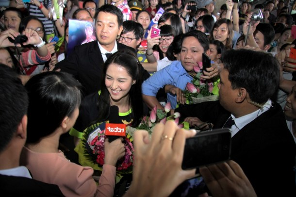 GMA Network's Marian Rivera is flocked by her Vietnamese fans