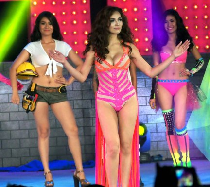 Ritz Azul (left) and Myrtle Sarrosa (right) join Jennylyn Mercado at the show's finale